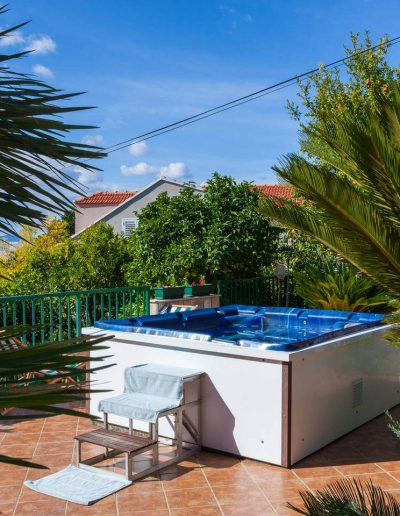 Apartments Mihajlovic outdoor hot tub