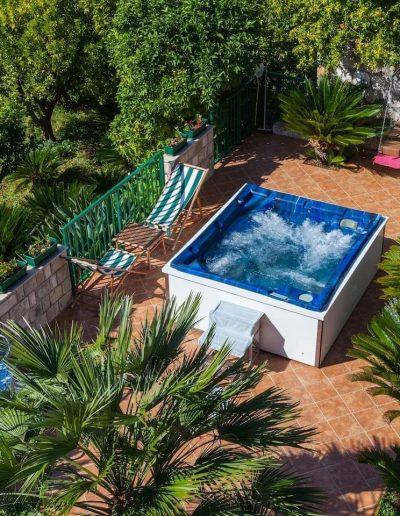 Outdoor Jacuzzi Villa Aska & Apartments Mihajlovic